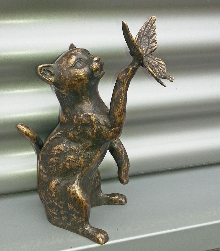 Bronzen beeld kat met vlinder