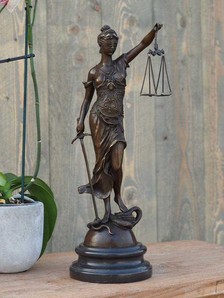 Bronzen beeld vrouw justitia