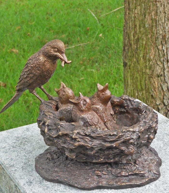 Bronzen beeld vogels in nest