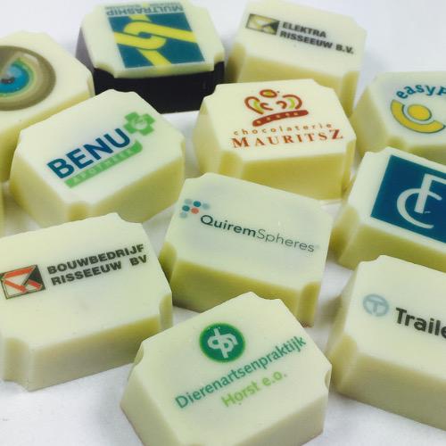 Chocolade bonbons met eigen logo of afbeelding in groot verpakking.