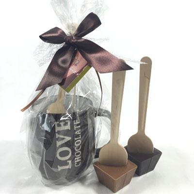 Maak zelf chocolademelk! Mok met twee chocoladespoons