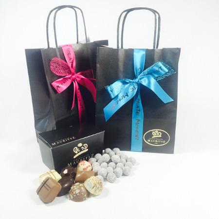 Chocolade relatiegeschenk: Tasje met bonbons en gedrageerde noten