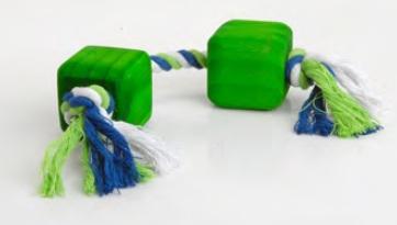 Groot speeltouw met groene blokken .