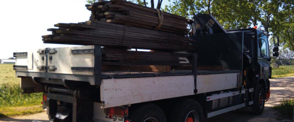 6 - Onze kraanauto is beschikbaar voor het transport van diverse materialen en kan zelf laden en lossen met behulp van de 16 ton/meter kraan.