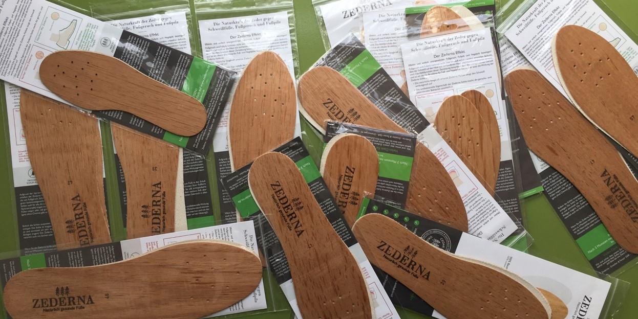 stapel cederhouten inlegzolen tegen zweetvoeten