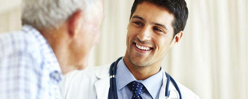 arts die uitlegt aan patient wat hij tegen zweetvoeten kan doen