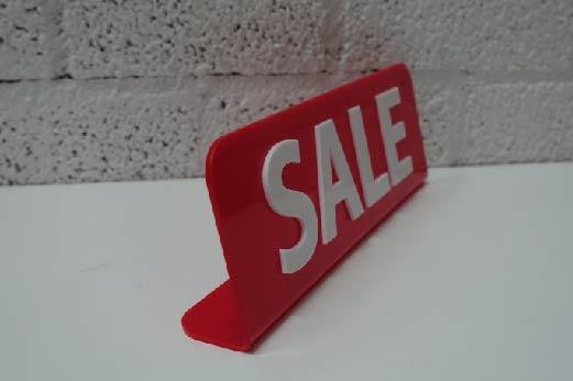 sale bordje van rood acrylaat met witte sale letters