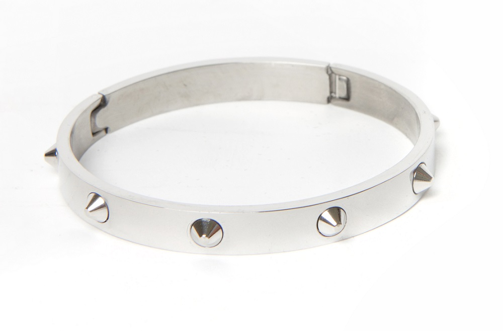 https://myshop.s3-external-3.amazonaws.com/shop5646700.pictures.Silis_The_bangle_studs_silver_Bracelet.jpg