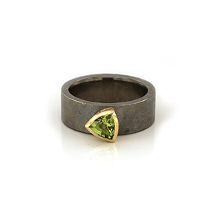 Silver ring with patina, 18k gold setting and peridot